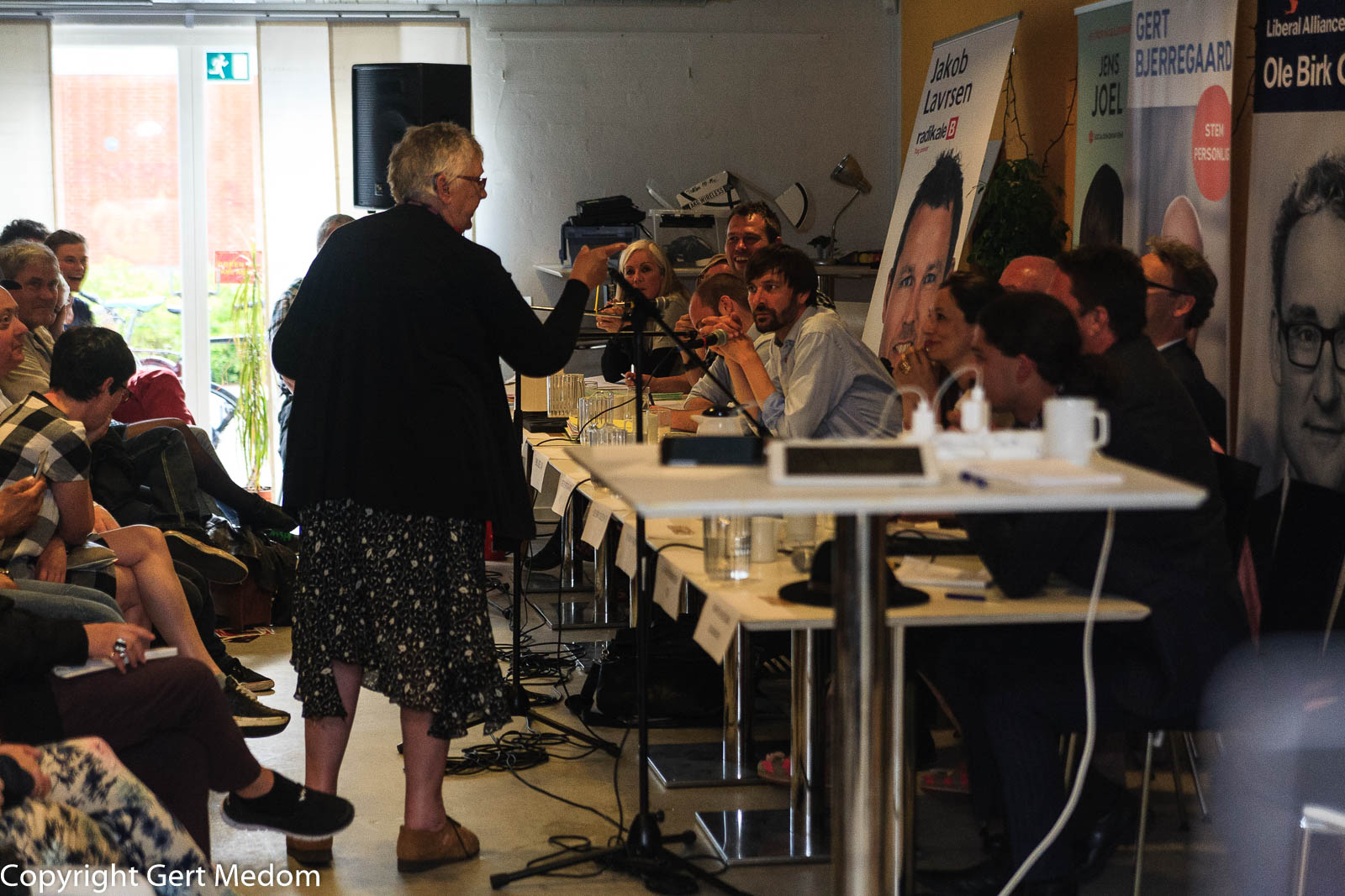 En lokal beboer i Herredsvang tager ordet og fortæller politikerne om, hvordan socialpolitikken opleves af de menige beboere